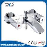Choisir le robinet fixé au mur carré de chrome de salle de bains de Bath de traitement