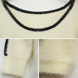女性の方法革パッチによって編まれるセーター
