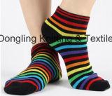 L'arc-en-ciel lumineux de couleur élimine Ove les chaussettes de mollet