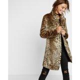 女性のヒョウの偽造品の毛皮のコート、方法衣類