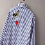 2016の新しいElegant Long Sleeve Loose Blusas方法女性の縦縞パッチの布のワイシャツのブラウスの女性シャツのボタンの上