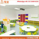 Jogos prées-escolar da tabela das crianças prées-escolar e da mobília das cadeiras