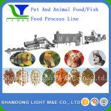 El animal doméstico mastica el alimento que hace las máquinas