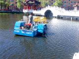 La basura flotante cerco el barco/la draga