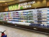 As frutas indicam o refrigerador aberto do anúncio publicitário com a cortina de ar dupla