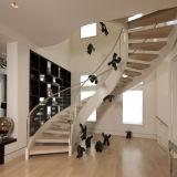 Escada curvo de madeira interior