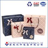 Un pequeño regalo de alta calidad bolsas de papel con asas