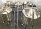 La línea de producción de cerveza tiene un alto grado de automatización/Micro equipo cervecero