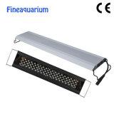 L'Aquarium de dispositif d'éclairage à LED sur le réservoir de poissons d'Aquarium