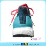 新しい到着の人のスポーツの靴