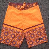 Gli uomini adattano gli Shorts stampati della scheda di svago
