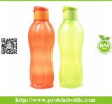 La tazza di verde di bottiglia di Eco mette in mostra la bottiglia di acqua