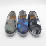 標準的な人および女性の偶然のズック靴