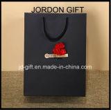 Niedrige Kosten-kundenspezifische gebildete gedruckte Qualität schwarze LuxuxpapierMattEinkaufstasche mit trockener Blume