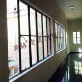 Vecchia finestra della lega di alluminio di disegno