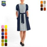 Limpeza do bloco de cor das mulheres vestem uniformes equipe de arrumação