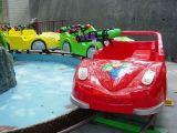 Mountain carros carros em torno de Fake Mountain na via das instalações de lazer