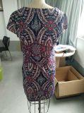 遅のばねの方法多彩で幾何学的なパターン上品な女性の服