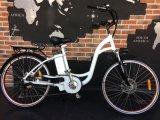 L'E-Vélo intéressant et bon marché de ville avec la pédale a aidé