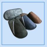 人は冬のための柔らかい屋内寝室のスリッパの靴を暖める