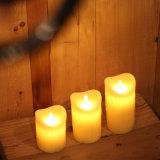 El rasgón amarillo agitó la vela sin llama del pilar LED con el telecontrol y el temporizador