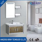 Vanidad inacabada de acero montada en la pared del cuarto de baño con el espejo