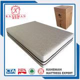 Comprimir el rollo de colchón de espuma en la casilla