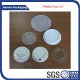 Wegwerfplastikcup und Kappe