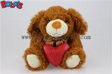 Marrom Escuro Plush recheado animais cão com coração vermelho travesseiro Bos1151