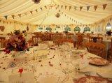 Carpa de lujo grande del banquete de boda con la decoración llena de las guarniciones
