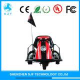 Cabritos y carro eléctrico loco de los adultos con la rueda tres