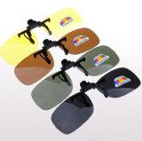 UV400は軽い極度のサングラスの人の男女兼用の接眼レンズ深緑のレンズの反UVA Aviate駆動機構のサングラスのサングラスクリップを分極した