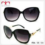 2015 Óculos de sol de plástico de moda para senhoras com decoração em metal (WSP412415)