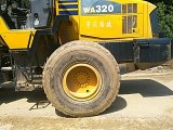 يستعمل [كومتسو] عجلة محمّل [و320-5] يستعمل محمّل لأنّ عمليّة بيع