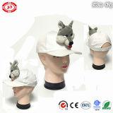 Il cappello bianco con il giocattolo molle della peluche scherza la protezione