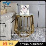 Tabela moderna do lado do ouro do vaso do metal da mobília com parte superior de mármore