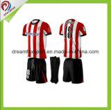 昇華させたカスタムスポーツは卸し売り男子サッカーのユニフォームを身に着けている