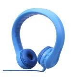 Écouteurs colorés pliables de gosses sur des écouteurs d'oreille avec le microphone