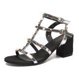 夏の偶然様式の女性のサンダルPUの革平たい箱のリベットのスリッパの方法女性の靴