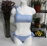 Gestreiftes Drucken eine Schulterhalter-Bikini-Schwimmen-Klage