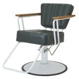 Marco blanco que labra al peluquero de los muebles del salón de la silla que labra la silla