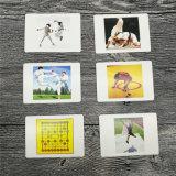Niños de encargo que aprenden tarjetas educativas de las tarjetas que juegan de tarjeta