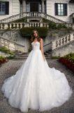 アイボリーのストラップレスのアップリケの花嫁のウェディングドレス