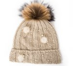 毛皮のポンポンが付いている編まれた帽子