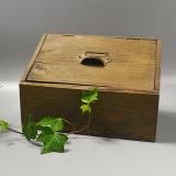Caixa de armazenamento de madeira Vintage antigo no Pinewood