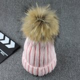 I POM-Poms reali Handmade della pelliccia POM del Raccoon hanno lavorato a maglia il cappello di inverno