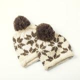 手によって編まれる雪片の帽子のスキー冬の帽子