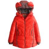 フードの毛皮の耳を搭載する女の子の冬のジャケット