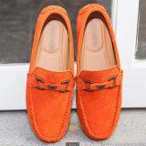Il fannullone di cuoio piano casuale degli uomini calza i pattini di svago di comodità