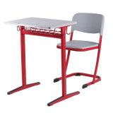 Mesa e cadeira fixa da escola, única mesa e cadeira